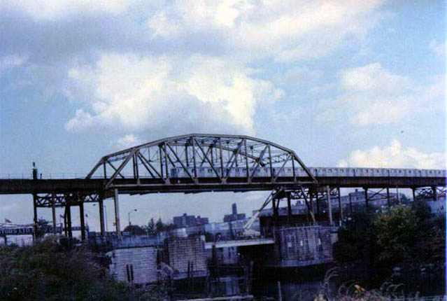(59k, 639x430)<br><b>Country:</b> United States<br><b>City:</b> New York<br><b>System:</b> New York City Transit<br><b>Line:</b> IRT Pelham Line<br><b>Location:</b> Bronx River Bridge <br><b>Collection of:</b> Vic Gordon<br><b>Date:</b> 1989<br><b>Viewed (this week/total):</b> 0 / 882