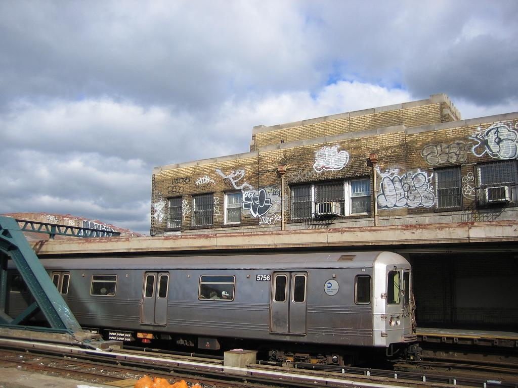 (130k, 1024x768)<br><b>Country:</b> United States<br><b>City:</b> New York<br><b>System:</b> New York City Transit<br><b>Line:</b> IND Crosstown Line<br><b>Location:</b> 4th Avenue <br><b>Route:</b> F<br><b>Car:</b> R-46 (Pullman-Standard, 1974-75) 5756 <br><b>Photo by:</b> Michael Hodurski<br><b>Date:</b> 10/25/2006<br><b>Viewed (this week/total):</b> 0 / 2634