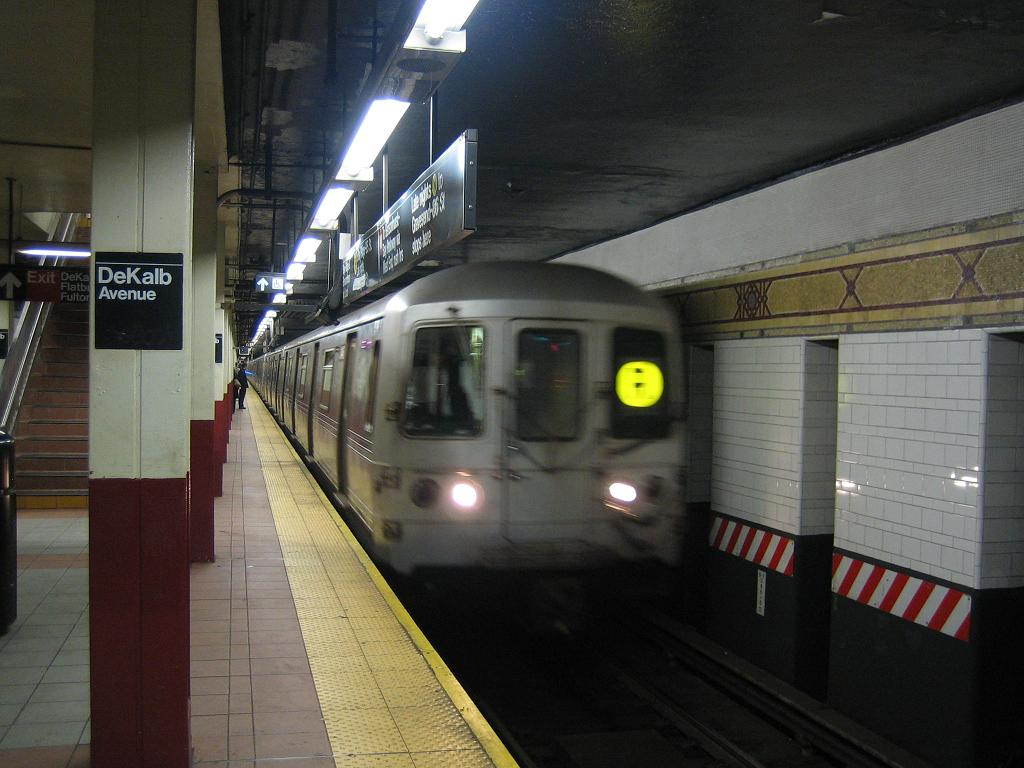 (104k, 1024x768)<br><b>Country:</b> United States<br><b>City:</b> New York<br><b>System:</b> New York City Transit<br><b>Location:</b> DeKalb Avenue<br><b>Route:</b> R<br><b>Car:</b> R-46 (Pullman-Standard, 1974-75)  <br><b>Photo by:</b> Michael Hodurski<br><b>Date:</b> 10/25/2006<br><b>Viewed (this week/total):</b> 4 / 4367