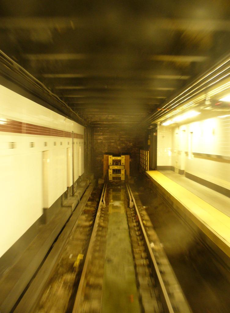 (99k, 753x1024)<br><b>Country:</b> United States<br><b>City:</b> New York<br><b>System:</b> New York City Transit<br><b>Line:</b> IND 8th Avenue Line<br><b>Location:</b> 207th Street <br><b>Photo by:</b> Robbie Rosenfeld<br><b>Date:</b> 3/28/2006<br><b>Notes:</b> Bumper block at the end of track at 207th St.<br><b>Viewed (this week/total):</b> 0 / 2910