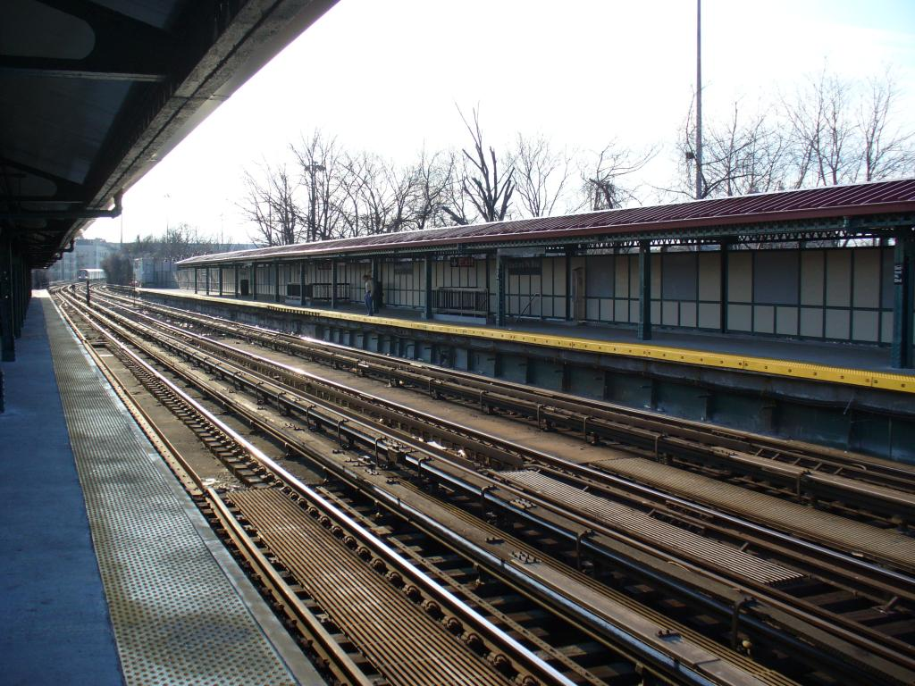 (179k, 1024x768)<br><b>Country:</b> United States<br><b>City:</b> New York<br><b>System:</b> New York City Transit<br><b>Line:</b> IRT Woodlawn Line<br><b>Location:</b> Bedford Park Boulevard <br><b>Photo by:</b> Robbie Rosenfeld<br><b>Date:</b> 12/29/2006<br><b>Notes:</b> Station overview.<br><b>Viewed (this week/total):</b> 1 / 2298