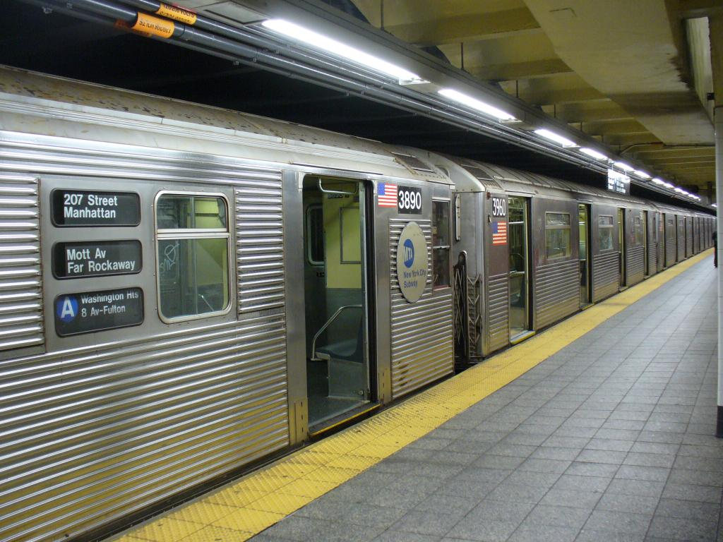 (159k, 1024x768)<br><b>Country:</b> United States<br><b>City:</b> New York<br><b>System:</b> New York City Transit<br><b>Line:</b> IND 8th Avenue Line<br><b>Location:</b> 207th Street <br><b>Route:</b> A<br><b>Car:</b> R-32 (Budd, 1964)  3890 <br><b>Photo by:</b> Robbie Rosenfeld<br><b>Date:</b> 12/27/2006<br><b>Notes:</b> R32 3890 coupled to R38 3960.<br><b>Viewed (this week/total):</b> 2 / 3061