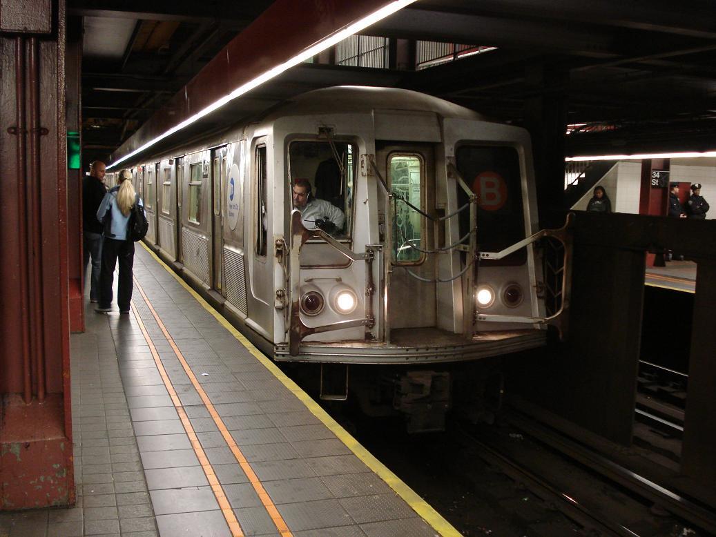 (122k, 1037x778)<br><b>Country:</b> United States<br><b>City:</b> New York<br><b>System:</b> New York City Transit<br><b>Line:</b> IND 6th Avenue Line<br><b>Location:</b> 34th Street/Herald Square <br><b>Route:</b> B<br><b>Car:</b> R-40 (St. Louis, 1968)  4273 <br><b>Photo by:</b> Michael Hodurski<br><b>Date:</b> 12/28/2006<br><b>Viewed (this week/total):</b> 0 / 3376