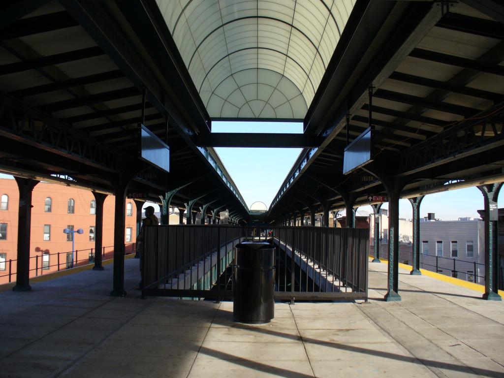 (123k, 1024x768)<br><b>Country:</b> United States<br><b>City:</b> New York<br><b>System:</b> New York City Transit<br><b>Line:</b> BMT Myrtle Avenue Line<br><b>Location:</b> Wyckoff Avenue <br><b>Photo by:</b> Robbie Rosenfeld<br><b>Date:</b> 12/31/2006<br><b>Notes:</b> Renovated platform canopy at Wyckoff/Myrtle.<br><b>Viewed (this week/total):</b> 0 / 2984