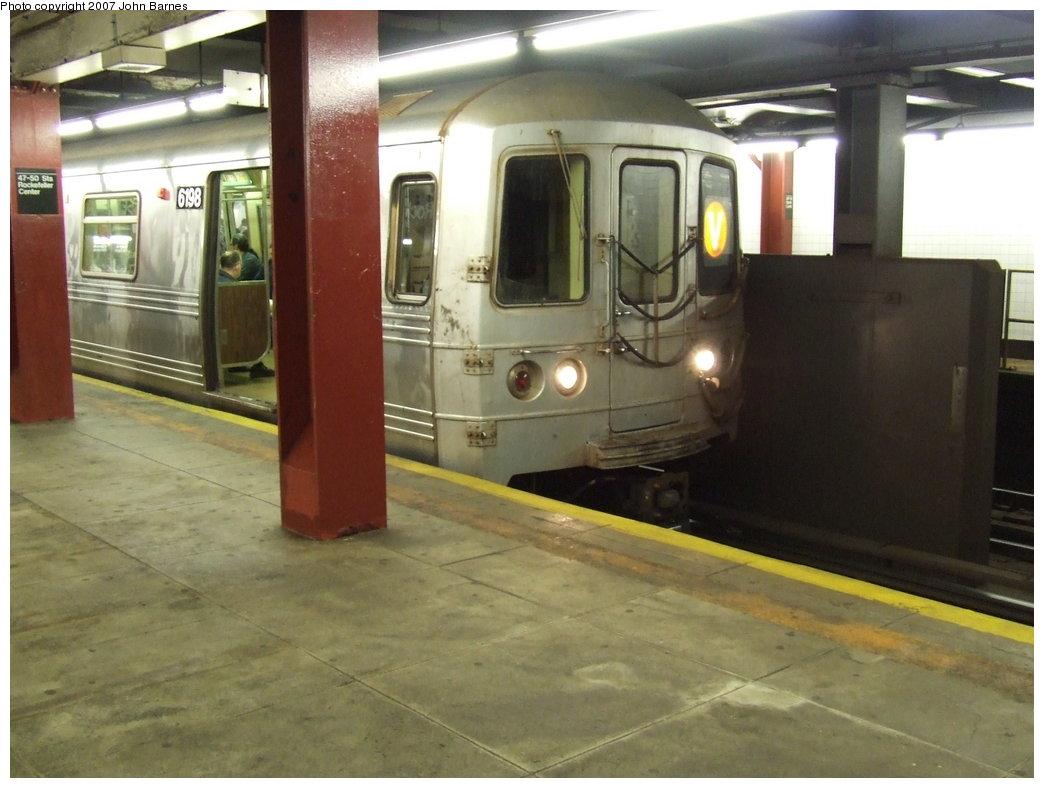 (148k, 1044x788)<br><b>Country:</b> United States<br><b>City:</b> New York<br><b>System:</b> New York City Transit<br><b>Line:</b> IND 6th Avenue Line<br><b>Location:</b> 47-50th Street/Rockefeller Center <br><b>Route:</b> V<br><b>Car:</b> R-46 (Pullman-Standard, 1974-75) 6198 <br><b>Photo by:</b> John Barnes<br><b>Date:</b> 1/5/2007<br><b>Viewed (this week/total):</b> 7 / 3291