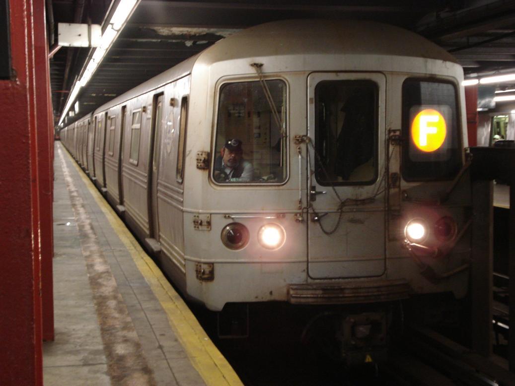 (93k, 1037x778)<br><b>Country:</b> United States<br><b>City:</b> New York<br><b>System:</b> New York City Transit<br><b>Line:</b> IND 6th Avenue Line<br><b>Location:</b> 47-50th Street/Rockefeller Center <br><b>Route:</b> F<br><b>Car:</b> R-46 (Pullman-Standard, 1974-75) 5582 <br><b>Photo by:</b> Michael Hodurski<br><b>Date:</b> 1/12/2007<br><b>Viewed (this week/total):</b> 4 / 2576