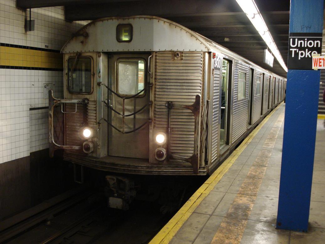 (121k, 1037x778)<br><b>Country:</b> United States<br><b>City:</b> New York<br><b>System:</b> New York City Transit<br><b>Line:</b> IND Queens Boulevard Line<br><b>Location:</b> Union Turnpike/Kew Gardens <br><b>Route:</b> E<br><b>Car:</b> R-32 (Budd, 1964)  3430 <br><b>Photo by:</b> Michael Hodurski<br><b>Date:</b> 1/21/2007<br><b>Viewed (this week/total):</b> 0 / 2242