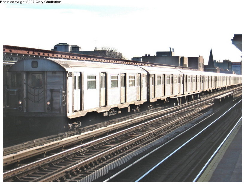(111k, 820x620)<br><b>Country:</b> United States<br><b>City:</b> New York<br><b>System:</b> New York City Transit<br><b>Line:</b> BMT Astoria Line<br><b>Location:</b> 30th/Grand Aves. <br><b>Route:</b> W<br><b>Car:</b> R-32 (Budd, 1964)  3942 <br><b>Photo by:</b> Gary Chatterton<br><b>Date:</b> 11/21/2006<br><b>Viewed (this week/total):</b> 0 / 2478