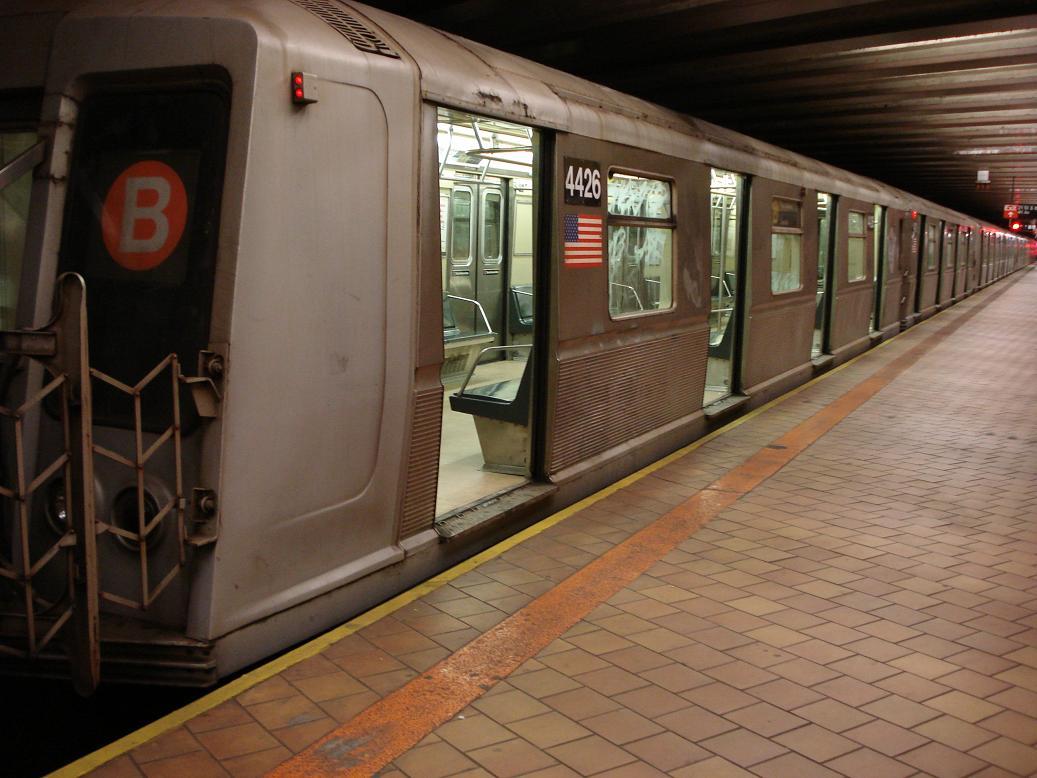 (119k, 1037x778)<br><b>Country:</b> United States<br><b>City:</b> New York<br><b>System:</b> New York City Transit<br><b>Line:</b> IND 63rd Street<br><b>Location:</b> 21st Street/Queensbridge <br><b>Route:</b> Q<br><b>Car:</b> R-40 (St. Louis, 1968)  4426 <br><b>Photo by:</b> Michael Hodurski<br><b>Date:</b> 1/27/2007<br><b>Viewed (this week/total):</b> 1 / 3697