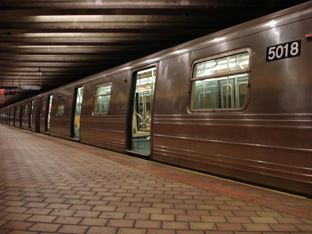 (112k, 1037x778)<br><b>Country:</b> United States<br><b>City:</b> New York<br><b>System:</b> New York City Transit<br><b>Line:</b> IND 63rd Street<br><b>Location:</b> 21st Street/Queensbridge <br><b>Route:</b> Q<br><b>Car:</b> R-68A (Kawasaki, 1988-1989)  5018 <br><b>Photo by:</b> Michael Hodurski<br><b>Date:</b> 1/27/2007<br><b>Viewed (this week/total):</b> 0 / 2954