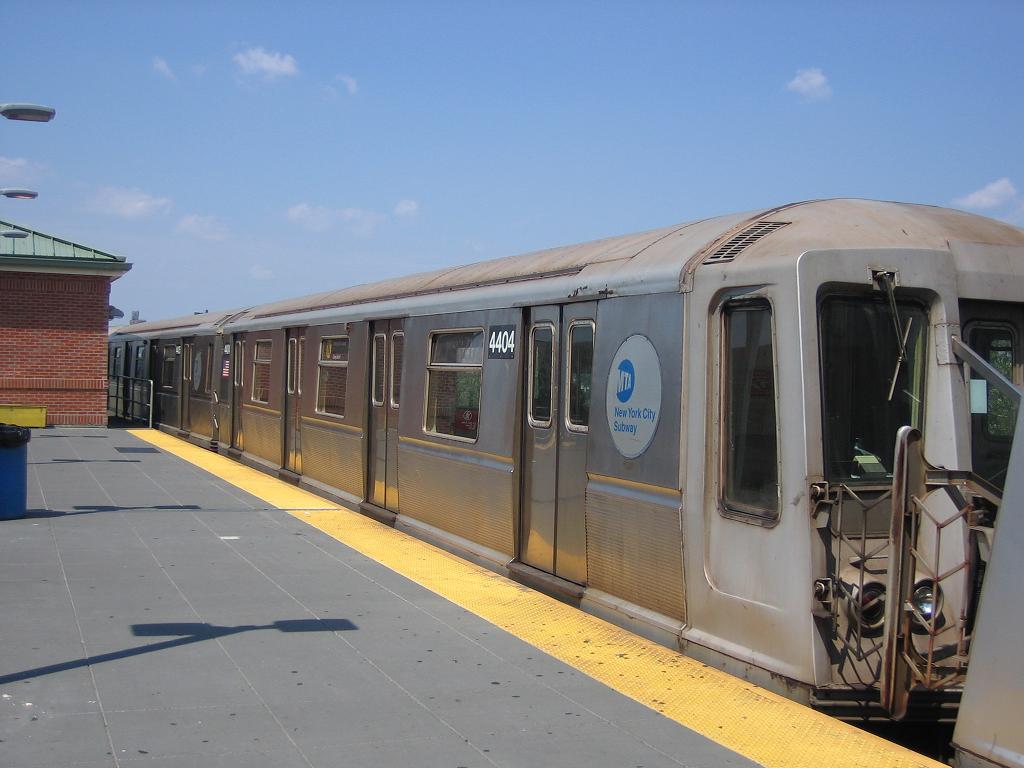 (92k, 1024x768)<br><b>Country:</b> United States<br><b>City:</b> New York<br><b>System:</b> New York City Transit<br><b>Location:</b> Coney Island/Stillwell Avenue<br><b>Route:</b> N<br><b>Car:</b> R-40 (St. Louis, 1968)  4404 <br><b>Photo by:</b> Michael Hodurski<br><b>Date:</b> 7/29/2006<br><b>Viewed (this week/total):</b> 0 / 1698