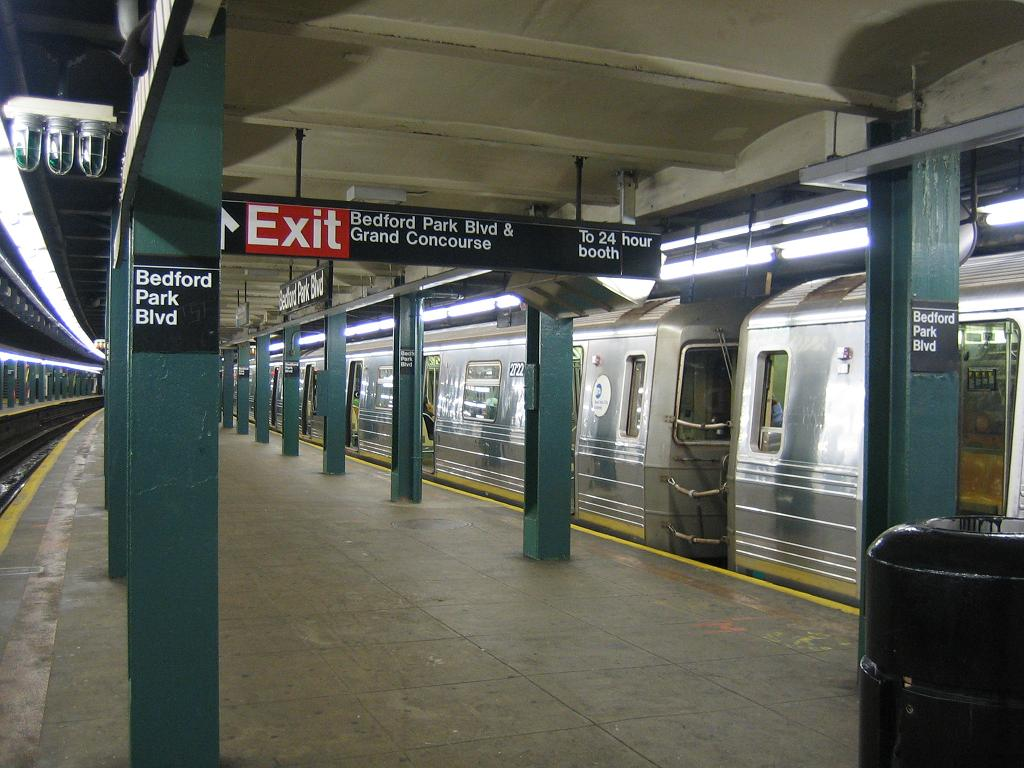 (121k, 1024x768)<br><b>Country:</b> United States<br><b>City:</b> New York<br><b>System:</b> New York City Transit<br><b>Line:</b> IND Concourse Line<br><b>Location:</b> Bedford Park Boulevard <br><b>Route:</b> D<br><b>Car:</b> R-68 (Westinghouse-Amrail, 1986-1988)  2722 <br><b>Photo by:</b> Michael Hodurski<br><b>Date:</b> 8/30/2006<br><b>Viewed (this week/total):</b> 0 / 3539