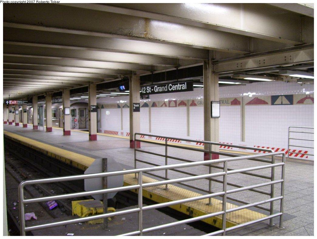 (155k, 1044x788)<br><b>Country:</b> United States<br><b>City:</b> New York<br><b>System:</b> New York City Transit<br><b>Line:</b> IRT Times Square-Grand Central Shuttle<br><b>Location:</b> Grand Central <br><b>Photo by:</b> Roberto C. Tobar<br><b>Date:</b> 2/19/2007<br><b>Viewed (this week/total):</b> 1 / 2991