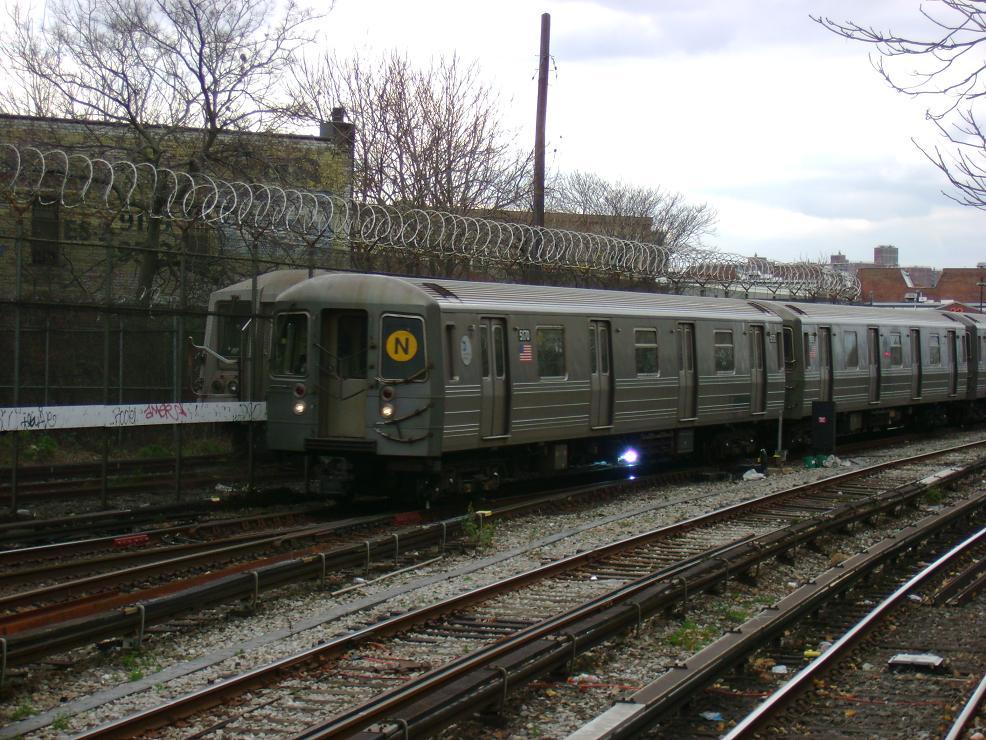 (165k, 986x740)<br><b>Country:</b> United States<br><b>City:</b> New York<br><b>System:</b> New York City Transit<br><b>Line:</b> BMT Sea Beach Line<br><b>Location:</b> 86th Street <br><b>Route:</b> N<br><b>Car:</b> R-68A (Kawasaki, 1988-1989)  5170 <br><b>Photo by:</b> Pablo Maneiro<br><b>Date:</b> 11/18/2006<br><b>Viewed (this week/total):</b> 0 / 2151