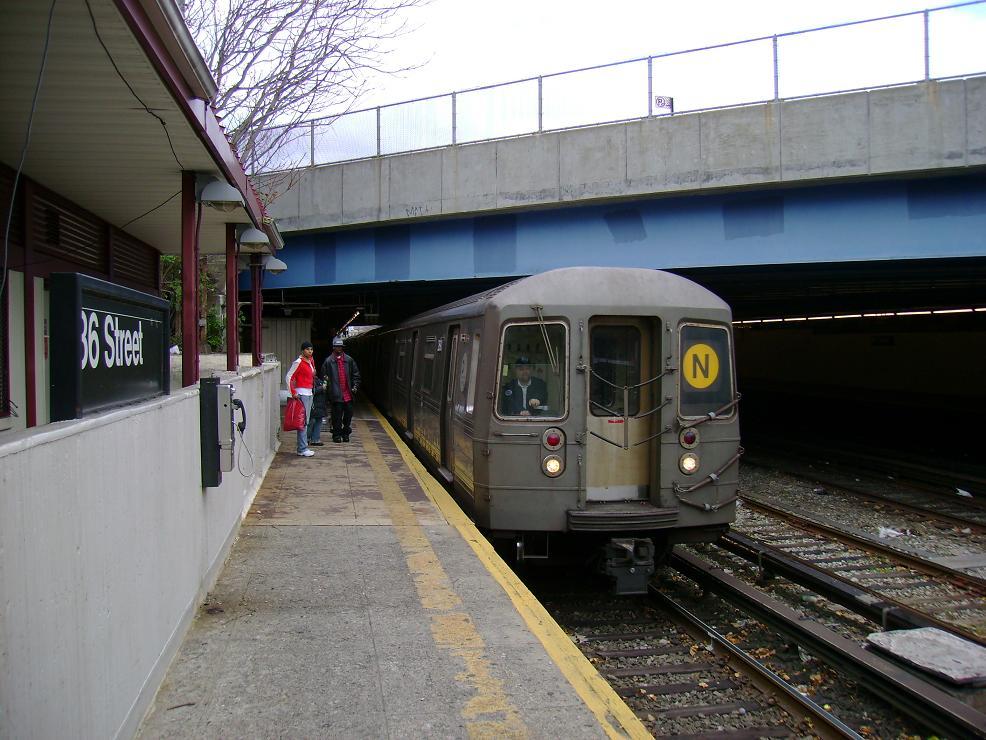 (140k, 986x740)<br><b>Country:</b> United States<br><b>City:</b> New York<br><b>System:</b> New York City Transit<br><b>Line:</b> BMT Sea Beach Line<br><b>Location:</b> 86th Street <br><b>Route:</b> N<br><b>Car:</b> R-68 (Westinghouse-Amrail, 1986-1988)   <br><b>Photo by:</b> Pablo Maneiro<br><b>Date:</b> 11/18/2006<br><b>Viewed (this week/total):</b> 1 / 2527