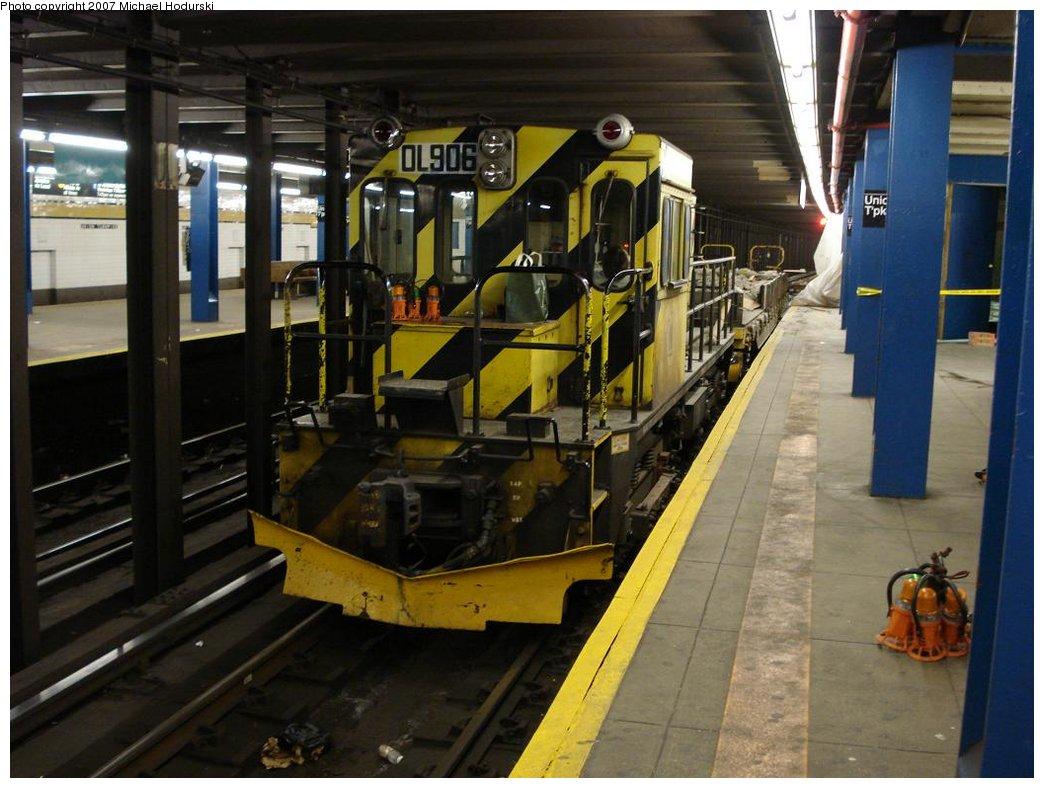 (173k, 1044x788)<br><b>Country:</b> United States<br><b>City:</b> New York<br><b>System:</b> New York City Transit<br><b>Line:</b> IND Queens Boulevard Line<br><b>Location:</b> Union Turnpike/Kew Gardens <br><b>Route:</b> Work Service<br><b>Car:</b> R-120 Locomotive  906 <br><b>Photo by:</b> Michael Hodurski<br><b>Date:</b> 2/24/2007<br><b>Viewed (this week/total):</b> 0 / 2383