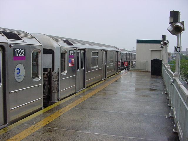 (59k, 640x480)<br><b>Country:</b> United States<br><b>City:</b> New York<br><b>System:</b> New York City Transit<br><b>Line:</b> IRT Flushing Line<br><b>Location:</b> 52nd Street/Lincoln Avenue <br><b>Route:</b> 7<br><b>Car:</b> R-62A (Bombardier, 1984-1987)  1721 <br><b>Photo by:</b> Salaam Allah<br><b>Date:</b> 9/26/2002<br><b>Viewed (this week/total):</b> 0 / 4061