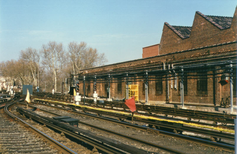 (98k, 804x523)<br><b>Country:</b> United States<br><b>City:</b> New York<br><b>System:</b> New York City Transit<br><b>Location:</b> Livonia Yard<br><b>Photo by:</b> David M. Rosenthal<br><b>Date:</b> 12/16/1985<br><b>Notes:</b> Livonia Yard after new signalling tested and cut in.<br><b>Viewed (this week/total):</b> 7 / 8022