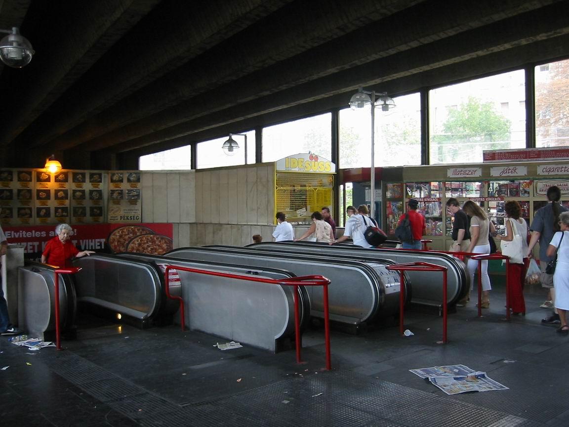 (131k, 1152x864)<br><b>Country:</b> Hungary<br><b>City:</b> Budapest<br><b>System:</b> Budapest BKV Metro<br><b>Line:</b> Metro M2<br><b>Location:</b> Moszkva tér <br><b>Photo by:</b> Bernard Chatreau<br><b>Date:</b> 7/17/2003<br><b>Viewed (this week/total):</b> 1 / 2425