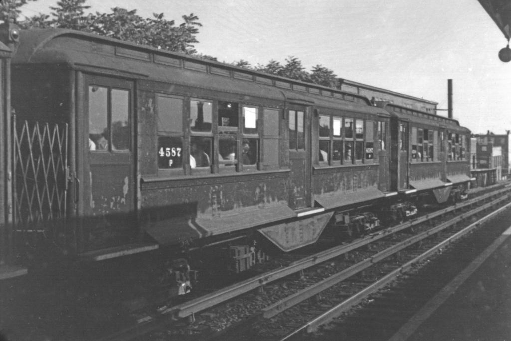 (207k, 1024x683)<br><b>Country:</b> United States<br><b>City:</b> New York<br><b>System:</b> New York City Transit<br><b>Line:</b> BMT Franklin<br><b>Location:</b> Dean Street <br><b>Route:</b> Franklin Shuttle<br><b>Car:</b> BMT-Low V 4587 <br><b>Collection of:</b> David Pirmann<br><b>Notes:</b> Modified for use on BMT<br><b>Viewed (this week/total):</b> 3 / 3916