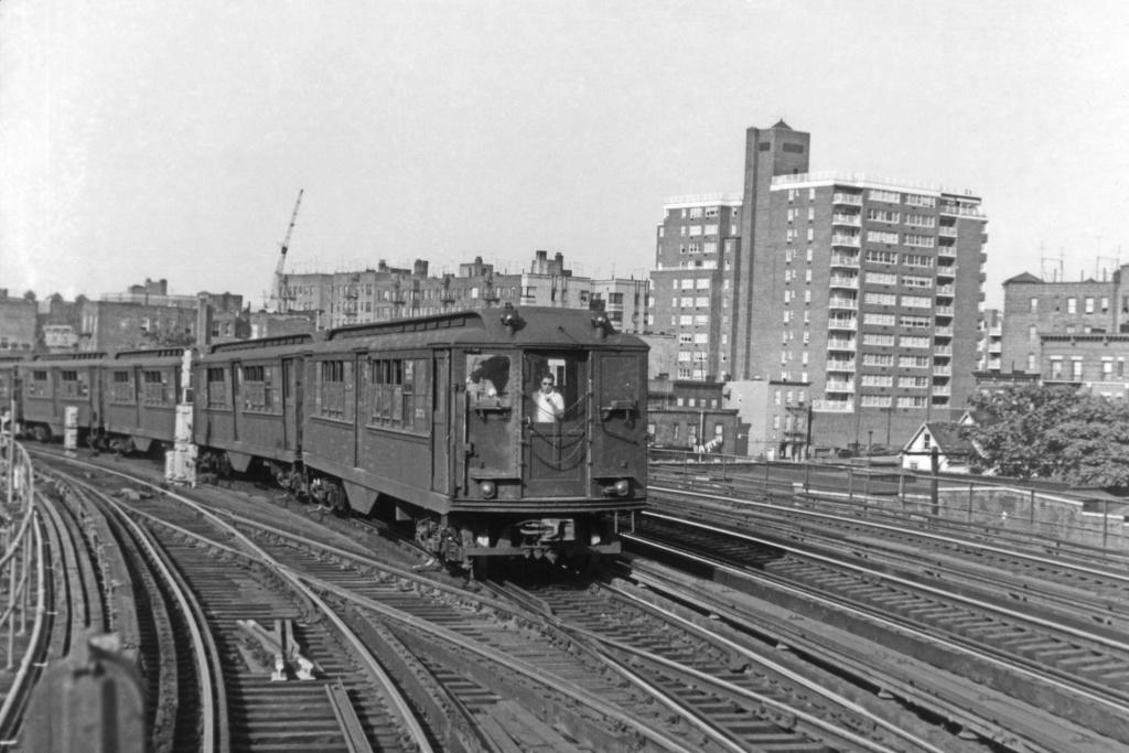 (265k, 1044x707)<br><b>Country:</b> United States<br><b>City:</b> New York<br><b>System:</b> New York City Transit<br><b>Line:</b> IRT Woodlawn Line<br><b>Location:</b> Bedford Park Boulevard <br><b>Route:</b> 4<br><b>Car:</b> Low-V  <br><b>Collection of:</b> David Pirmann<br><b>Viewed (this week/total):</b> 4 / 3505