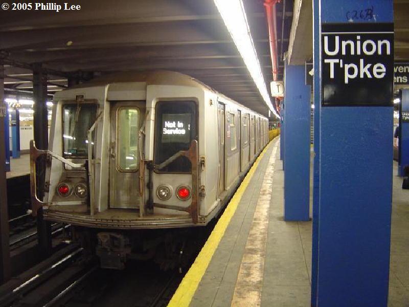 (73k, 800x600)<br><b>Country:</b> United States<br><b>City:</b> New York<br><b>System:</b> New York City Transit<br><b>Line:</b> IND Queens Boulevard Line<br><b>Location:</b> Union Turnpike/Kew Gardens <br><b>Route:</b> Work Service<br><b>Car:</b> R-40 (St. Louis, 1968)   <br><b>Photo by:</b> Phillip Lee<br><b>Date:</b> 8/2/2005<br><b>Viewed (this week/total):</b> 1 / 2833