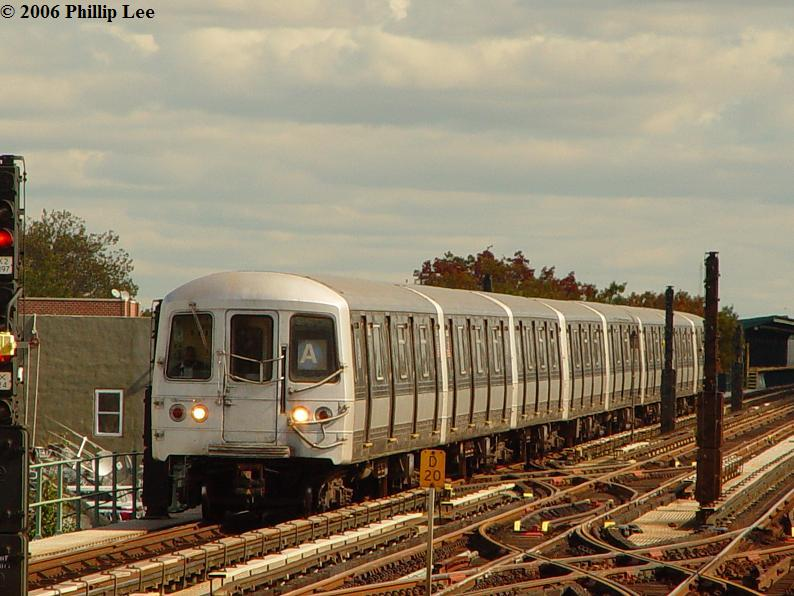 (85k, 794x596)<br><b>Country:</b> United States<br><b>City:</b> New York<br><b>System:</b> New York City Transit<br><b>Line:</b> IND Fulton Street Line<br><b>Location:</b> 80th Street/Hudson Street <br><b>Route:</b> A<br><b>Car:</b> R-44 (St. Louis, 1971-73)  <br><b>Photo by:</b> Phillip Lee<br><b>Date:</b> 10/23/2006<br><b>Viewed (this week/total):</b> 0 / 1798