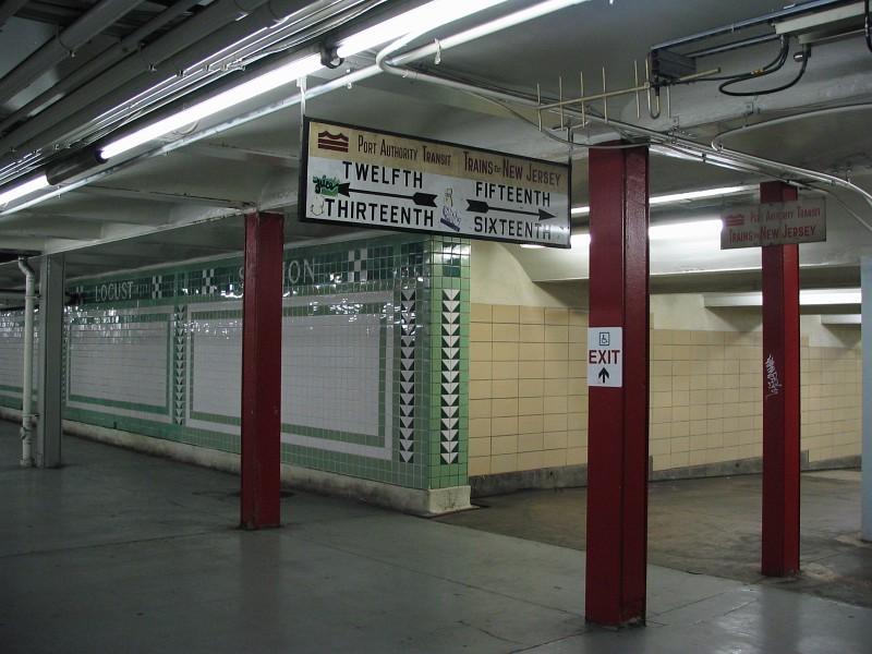 (130k, 800x600)<br><b>Country:</b> United States<br><b>City:</b> Philadelphia, PA<br><b>System:</b> SEPTA (or Predecessor)<br><b>Line:</b> Broad Street Subway<br><b>Location:</b> Walnut-Locust <br><b>Photo by:</b> Dante D. Angerville<br><b>Date:</b> 2/28/2007<br><b>Notes:</b> Intersection of Broad St & Locust St mezzanines<br><b>Viewed (this week/total):</b> 0 / 3151
