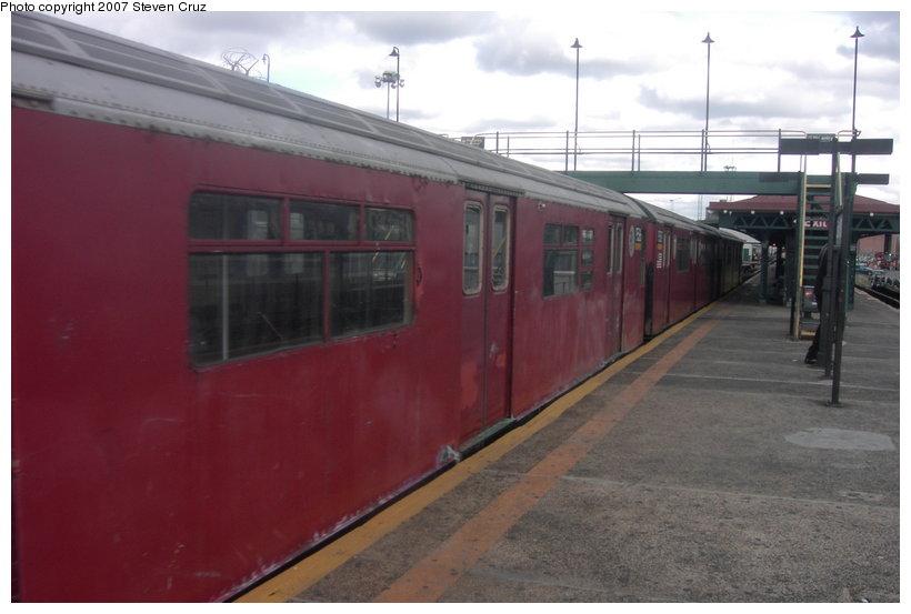 (81k, 820x553)<br><b>Country:</b> United States<br><b>City:</b> New York<br><b>System:</b> New York City Transit<br><b>Line:</b> IRT White Plains Road Line<br><b>Location:</b> East 180th Street <br><b>Route:</b> Work Service<br><b>Car:</b> R-36 World's Fair (St. Louis, 1963-64) 9585 <br><b>Photo by:</b> Steven Cruz<br><b>Date:</b> 11/18/2006<br><b>Viewed (this week/total):</b> 0 / 2492