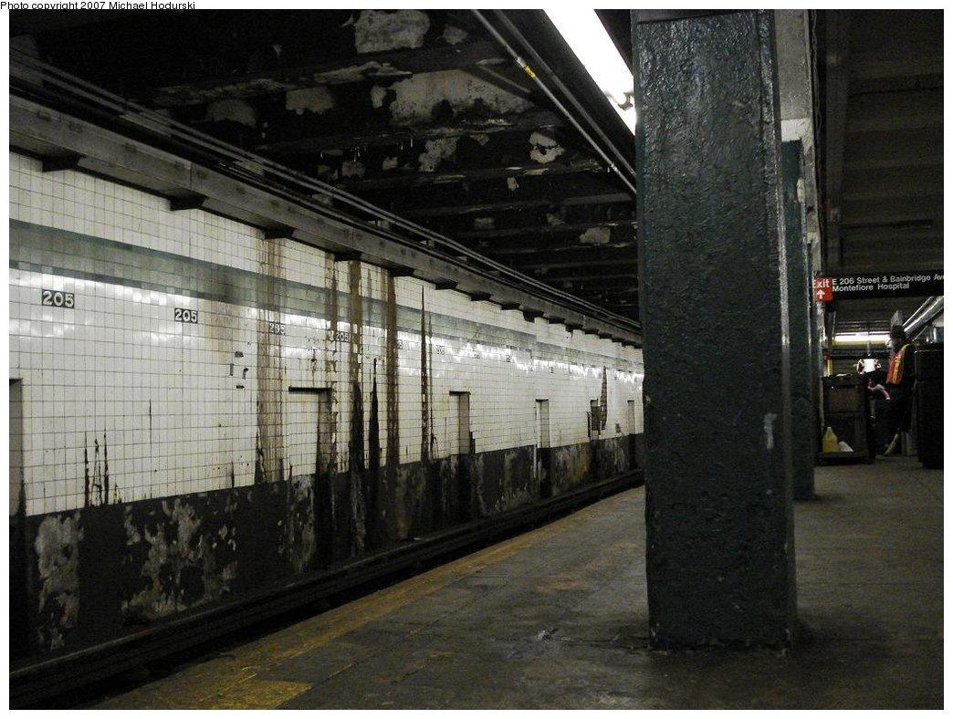 (187k, 1044x788)<br><b>Country:</b> United States<br><b>City:</b> New York<br><b>System:</b> New York City Transit<br><b>Line:</b> IND Concourse Line<br><b>Location:</b> 205th Street <br><b>Photo by:</b> Michael Hodurski<br><b>Date:</b> 3/25/2007<br><b>Viewed (this week/total):</b> 2 / 3036