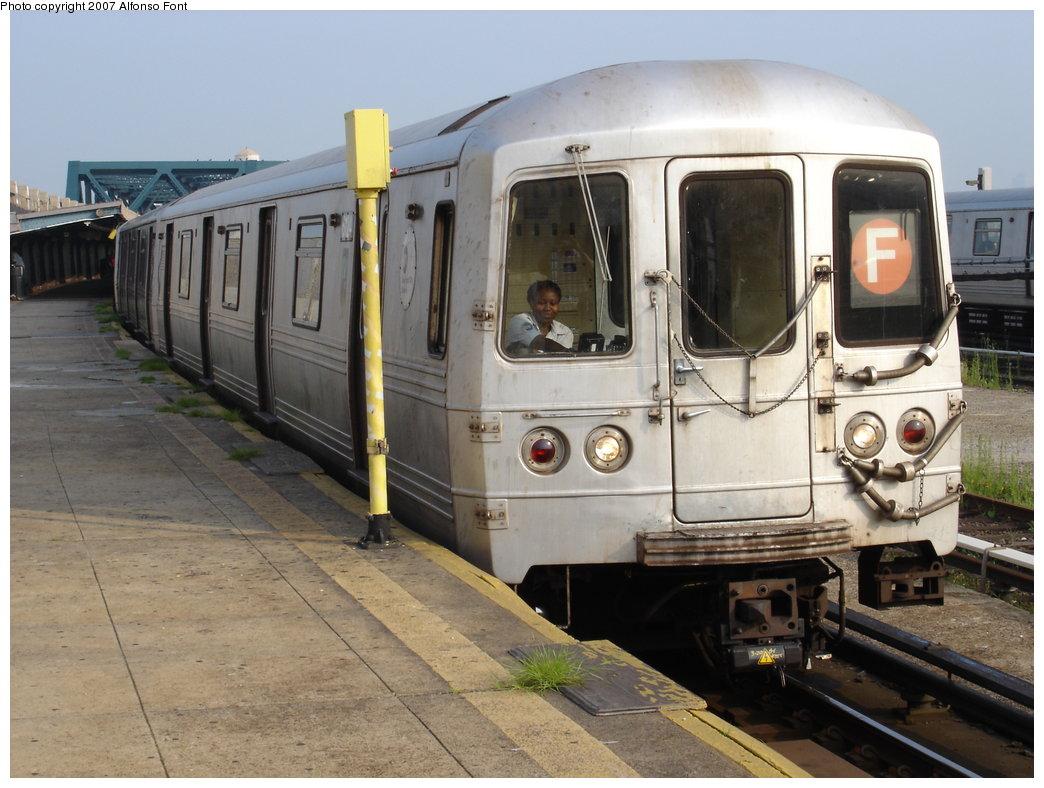 (179k, 1044x788)<br><b>Country:</b> United States<br><b>City:</b> New York<br><b>System:</b> New York City Transit<br><b>Line:</b> IND Crosstown Line<br><b>Location:</b> Smith/9th Street <br><b>Route:</b> F<br><b>Car:</b> R-46 (Pullman-Standard, 1974-75) 6124 <br><b>Photo by:</b> Alfonso Font, Jr.<br><b>Date:</b> 7/19/2005<br><b>Viewed (this week/total):</b> 1 / 2323