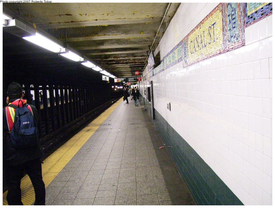 (188k, 1044x788)<br><b>Country:</b> United States<br><b>City:</b> New York<br><b>System:</b> New York City Transit<br><b>Line:</b> BMT Broadway Line<br><b>Location:</b> Canal Street (Manhattan Bridge Branch) <br><b>Photo by:</b> Roberto C. Tobar<br><b>Date:</b> 4/4/2007<br><b>Viewed (this week/total):</b> 0 / 2858