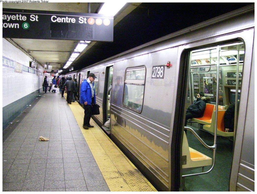 (216k, 1044x788)<br><b>Country:</b> United States<br><b>City:</b> New York<br><b>System:</b> New York City Transit<br><b>Line:</b> BMT Broadway Line<br><b>Location:</b> Canal Street (Manhattan Bridge Branch) <br><b>Route:</b> N<br><b>Car:</b> R-68 (Westinghouse-Amrail, 1986-1988)  2798 <br><b>Photo by:</b> Roberto C. Tobar<br><b>Date:</b> 4/4/2007<br><b>Viewed (this week/total):</b> 1 / 4556