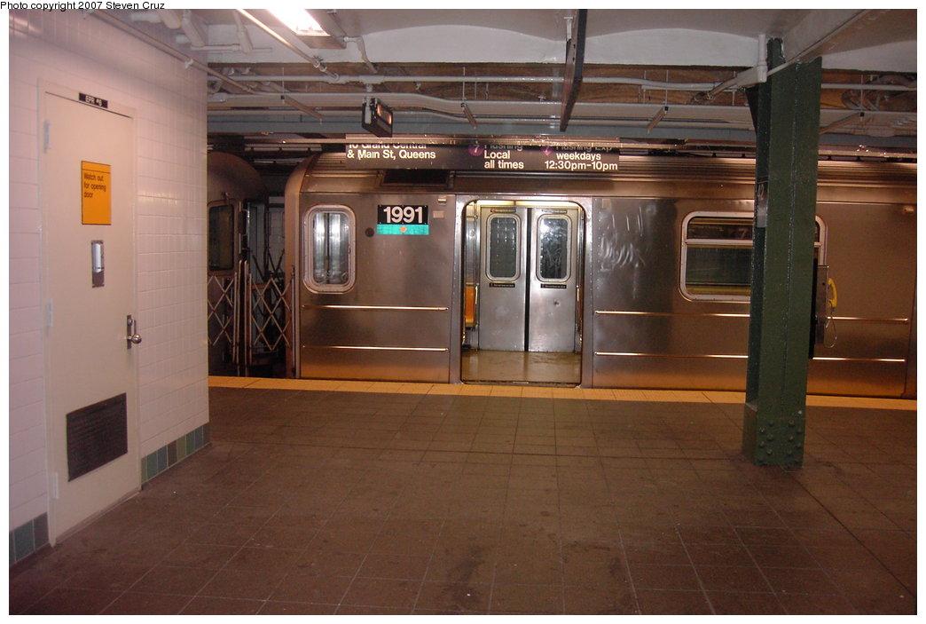 (144k, 1044x703)<br><b>Country:</b> United States<br><b>City:</b> New York<br><b>System:</b> New York City Transit<br><b>Line:</b> IRT Flushing Line<br><b>Location:</b> Times Square <br><b>Route:</b> 7<br><b>Car:</b> R-62A (Bombardier, 1984-1987)  1991 <br><b>Photo by:</b> Steven Cruz<br><b>Date:</b> 11/17/2006<br><b>Viewed (this week/total):</b> 2 / 3327