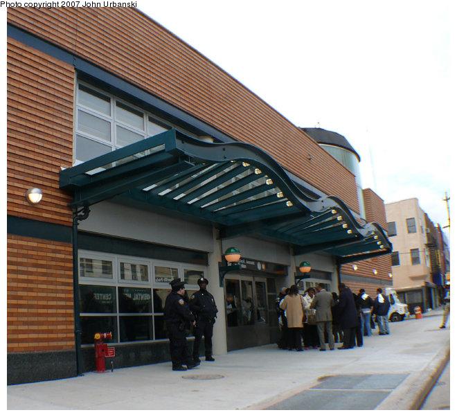 (156k, 660x602)<br><b>Country:</b> United States<br><b>City:</b> New York<br><b>System:</b> New York City Transit<br><b>Line:</b> BMT Myrtle Avenue Line<br><b>Location:</b> Myrtle/Wyckoff Headhouse/Transfer<br><b>Photo by:</b> John Urbanski<br><b>Date:</b> 4/19/2007<br><b>Notes:</b> New Myrtle-Wycoff transfer and headhouse.<br><b>Viewed (this week/total):</b> 1 / 3098