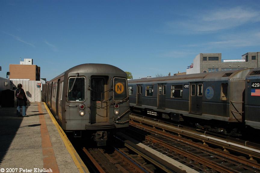 (152k, 864x574)<br><b>Country:</b> United States<br><b>City:</b> New York<br><b>System:</b> New York City Transit<br><b>Line:</b> BMT Astoria Line<br><b>Location:</b> 30th/Grand Aves. <br><b>Car:</b> R-68 (Westinghouse-Amrail, 1986-1988)  2820 <br><b>Photo by:</b> Peter Ehrlich<br><b>Date:</b> 4/20/2007<br><b>Notes:</b> 30th Avenue/Grand Station.  2820 arriving inbound. With 4292.<br><b>Viewed (this week/total):</b> 0 / 2453