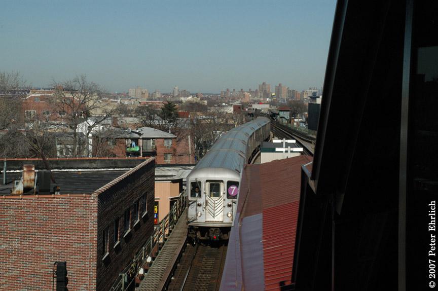(166k, 864x574)<br><b>Country:</b> United States<br><b>City:</b> New York<br><b>System:</b> New York City Transit<br><b>Line:</b> IRT Flushing Line<br><b>Location:</b> Junction Boulevard <br><b>Car:</b> R-62A (Bombardier, 1984-1987)   <br><b>Photo by:</b> Peter Ehrlich<br><b>Date:</b> 4/20/2007<br><b>Notes:</b> Inbound trains arriving Junction Blvd. Station.<br><b>Viewed (this week/total):</b> 0 / 1891