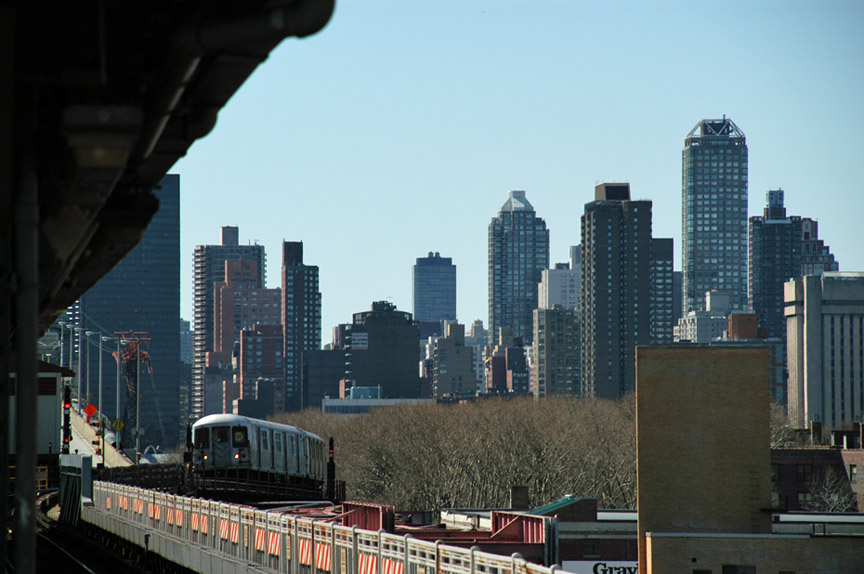 (166k, 864x574)<br><b>Country:</b> United States<br><b>City:</b> New York<br><b>System:</b> New York City Transit<br><b>Line:</b> BMT Astoria Line<br><b>Location:</b> Queensborough Plaza <br><b>Photo by:</b> Peter Ehrlich<br><b>Date:</b> 4/20/2007<br><b>Notes:</b> Train of mixed R40M/R42s approaching Queensboro Plaza outbound.<br><b>Viewed (this week/total):</b> 0 / 2088