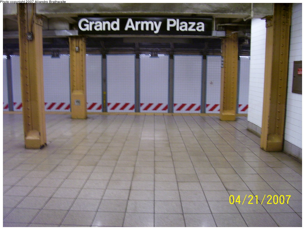 (155k, 1044x788)<br><b>Country:</b> United States<br><b>City:</b> New York<br><b>System:</b> New York City Transit<br><b>Line:</b> IRT Brooklyn Line<br><b>Location:</b> Grand Army Plaza <br><b>Photo by:</b> Aliandro Brathwaite<br><b>Date:</b> 4/21/2007<br><b>Notes:</b> Platform view.<br><b>Viewed (this week/total):</b> 1 / 2396