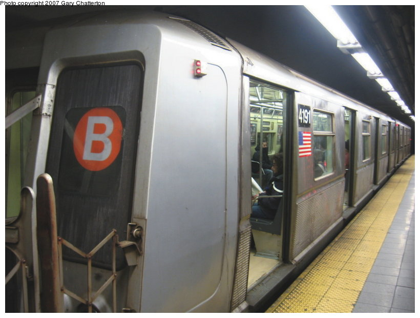(86k, 820x620)<br><b>Country:</b> United States<br><b>City:</b> New York<br><b>System:</b> New York City Transit<br><b>Line:</b> IND 8th Avenue Line<br><b>Location:</b> 59th Street/Columbus Circle <br><b>Route:</b> B<br><b>Car:</b> R-40 (St. Louis, 1968)  4191 <br><b>Photo by:</b> Gary Chatterton<br><b>Date:</b> 4/13/2007<br><b>Viewed (this week/total):</b> 1 / 2784
