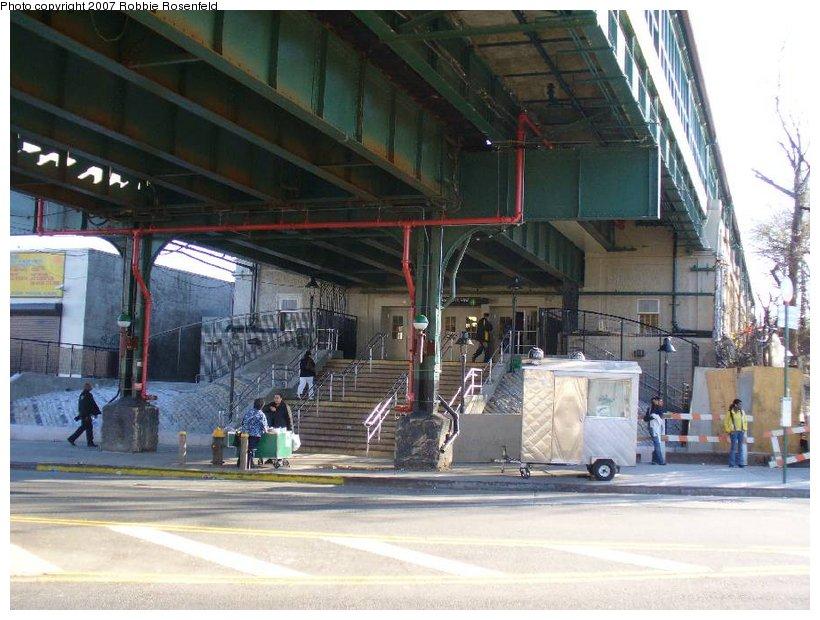 (139k, 820x620)<br><b>Country:</b> United States<br><b>City:</b> New York<br><b>System:</b> New York City Transit<br><b>Line:</b> IRT Woodlawn Line<br><b>Location:</b> Bedford Park Boulevard <br><b>Photo by:</b> Robbie Rosenfeld<br><b>Date:</b> 4/20/2007<br><b>Notes:</b> Station entrance.<br><b>Viewed (this week/total):</b> 1 / 3682