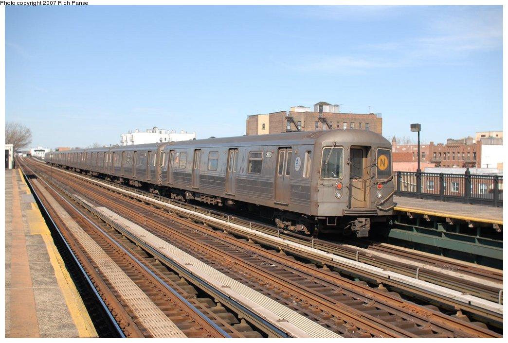 (180k, 1044x706)<br><b>Country:</b> United States<br><b>City:</b> New York<br><b>System:</b> New York City Transit<br><b>Line:</b> BMT Astoria Line<br><b>Location:</b> 36th/Washington Aves. <br><b>Route:</b> N<br><b>Car:</b> R-68 (Westinghouse-Amrail, 1986-1988)  2800 <br><b>Photo by:</b> Richard Panse<br><b>Date:</b> 4/20/2007<br><b>Viewed (this week/total):</b> 0 / 2003