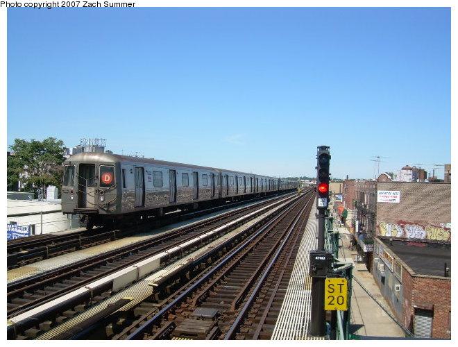 (121k, 660x500)<br><b>Country:</b> United States<br><b>City:</b> New York<br><b>System:</b> New York City Transit<br><b>Line:</b> BMT West End Line<br><b>Location:</b> 71st Street <br><b>Route:</b> D<br><b>Car:</b> R-68 (Westinghouse-Amrail, 1986-1988)   <br><b>Photo by:</b> Zach Summer<br><b>Date:</b> 8/12/2006<br><b>Viewed (this week/total):</b> 0 / 1950