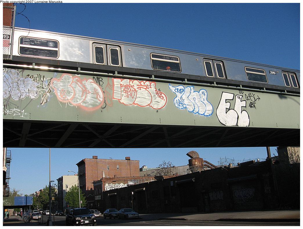 (224k, 1044x788)<br><b>Country:</b> United States<br><b>City:</b> New York<br><b>System:</b> New York City Transit<br><b>Line:</b> BMT Franklin<br><b>Location:</b> Bergen Street Bridge <br><b>Route:</b> Franklin Shuttle<br><b>Car:</b> R-68 (Westinghouse-Amrail, 1986-1988)  2919 <br><b>Photo by:</b> Lorraine Maruska<br><b>Date:</b> 5/6/2007<br><b>Notes:</b> View from Bergen Street just south of former Dean Street station.<br><b>Viewed (this week/total):</b> 1 / 7679