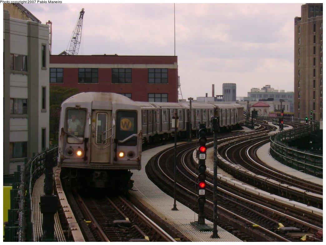 (162k, 1044x786)<br><b>Country:</b> United States<br><b>City:</b> New York<br><b>System:</b> New York City Transit<br><b>Line:</b> BMT Astoria Line<br><b>Location:</b> 39th/Beebe Aves. <br><b>Route:</b> W<br><b>Car:</b> R-40 (St. Louis, 1968)  4403 <br><b>Photo by:</b> Pablo Maneiro<br><b>Date:</b> 5/17/2007<br><b>Viewed (this week/total):</b> 1 / 2412