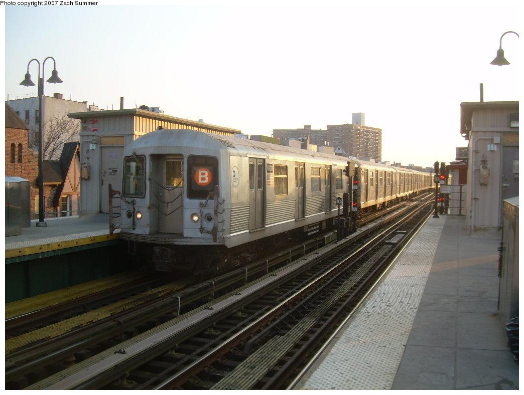 (180k, 1044x788)<br><b>Country:</b> United States<br><b>City:</b> New York<br><b>System:</b> New York City Transit<br><b>Line:</b> BMT Brighton Line<br><b>Location:</b> Brighton Beach <br><b>Route:</b> B<br><b>Car:</b> R-42 (St. Louis, 1969-1970)  4938 <br><b>Photo by:</b> Zach Summer<br><b>Date:</b> 5/15/2007<br><b>Viewed (this week/total):</b> 3 / 2592