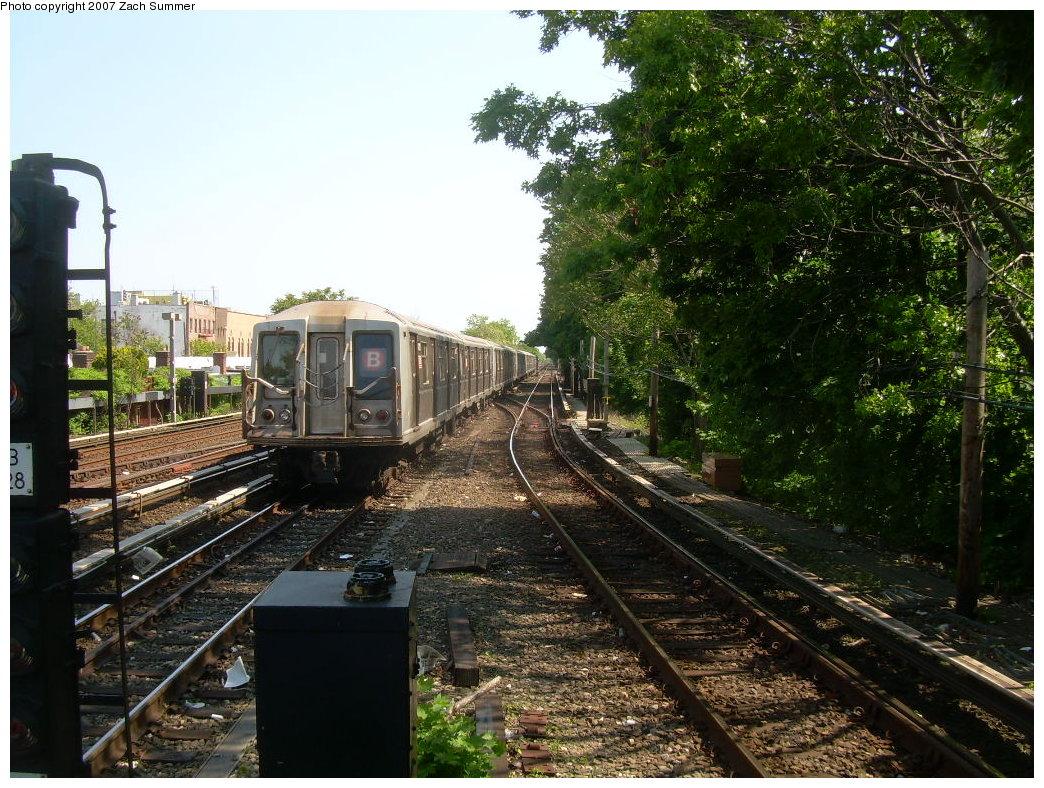(278k, 1044x788)<br><b>Country:</b> United States<br><b>City:</b> New York<br><b>System:</b> New York City Transit<br><b>Line:</b> BMT Brighton Line<br><b>Location:</b> Kings Highway <br><b>Route:</b> B<br><b>Car:</b> R-40 (St. Louis, 1968)   <br><b>Photo by:</b> Zach Summer<br><b>Date:</b> 5/23/2007<br><b>Viewed (this week/total):</b> 10 / 1755