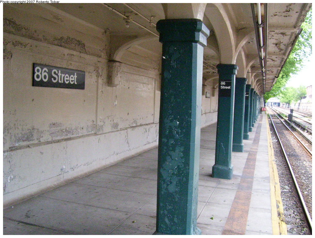(228k, 1044x788)<br><b>Country:</b> United States<br><b>City:</b> New York<br><b>System:</b> New York City Transit<br><b>Line:</b> BMT Sea Beach Line<br><b>Location:</b> 86th Street <br><b>Photo by:</b> Roberto C. Tobar<br><b>Date:</b> 5/26/2007<br><b>Notes:</b> Platform view.<br><b>Viewed (this week/total):</b> 2 / 1025