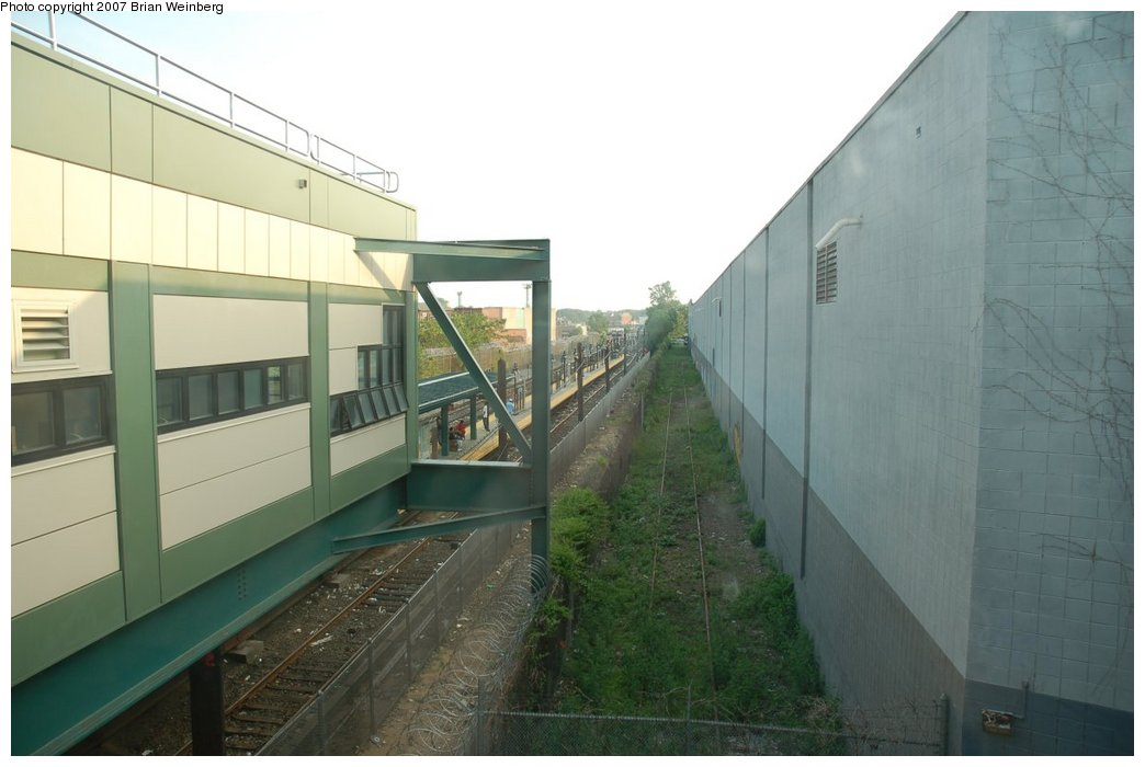 (168k, 1044x700)<br><b>Country:</b> United States<br><b>City:</b> New York<br><b>System:</b> New York City Transit<br><b>Line:</b> BMT Canarsie Line<br><b>Location:</b> East 105th Street <br><b>Photo by:</b> Brian Weinberg<br><b>Date:</b> 5/28/2007<br><b>Notes:</b> Reconstructed station.<br><b>Viewed (this week/total):</b> 0 / 2447