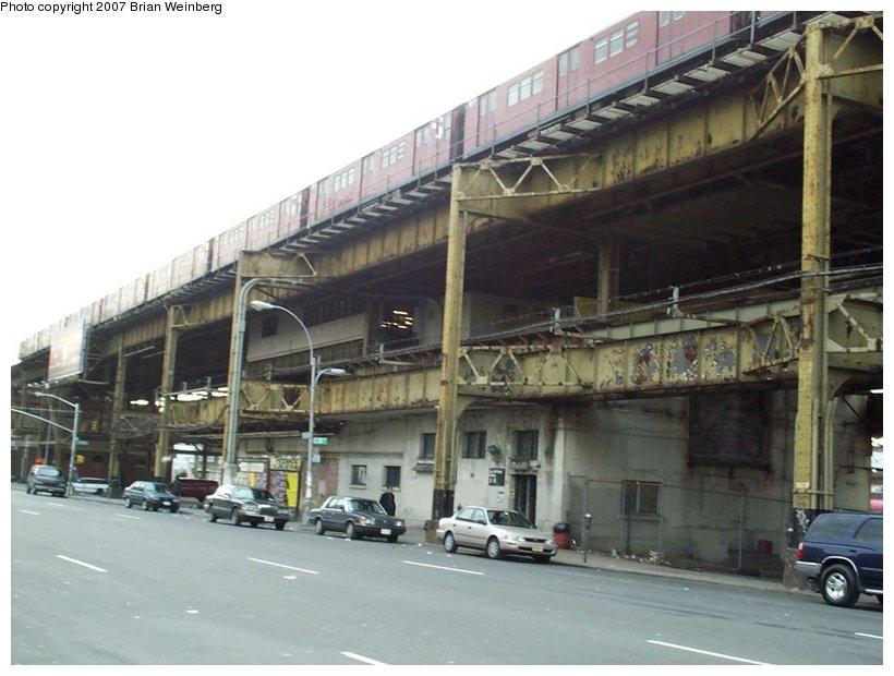 (96k, 820x620)<br><b>Country:</b> United States<br><b>City:</b> New York<br><b>System:</b> New York City Transit<br><b>Line:</b> IRT White Plains Road Line<br><b>Location:</b> Gun Hill Road <br><b>Photo by:</b> Brian Weinberg<br><b>Date:</b> 2/27/2001<br><b>Notes:</b> Gun Hill Rd. station prior to reconstruction.<br><b>Viewed (this week/total):</b> 0 / 2448